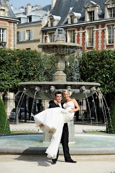 bride and groom in Parisian fountain