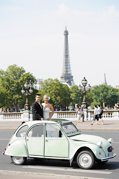 bride and groom in vintage car in front of eiffel tower