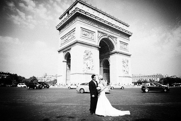 bride and groom in front of l'arc de triomphe