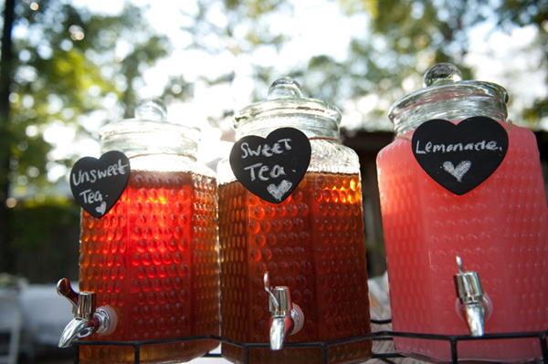 sweet tea and lemonade station at wedding