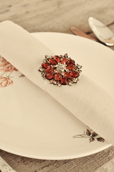 brooch napkin ring