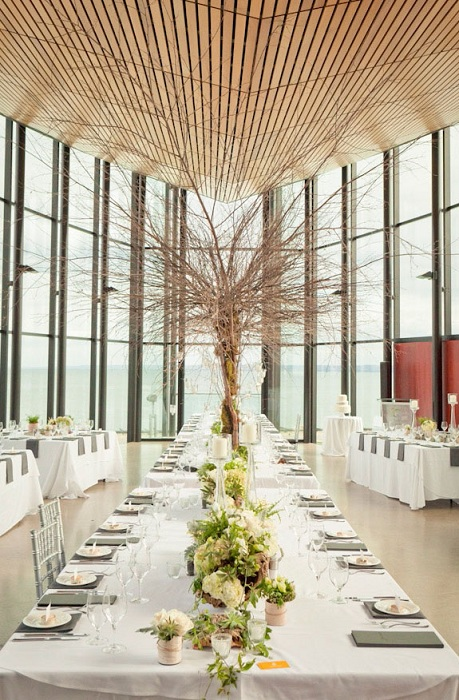 Khu vực tiệc cưới bên trong ngập tràn ánh sáng,  được trang trí đơn giản nhưng tinh tế chắc chắn sẽ khiến khách hàng hài lòng.