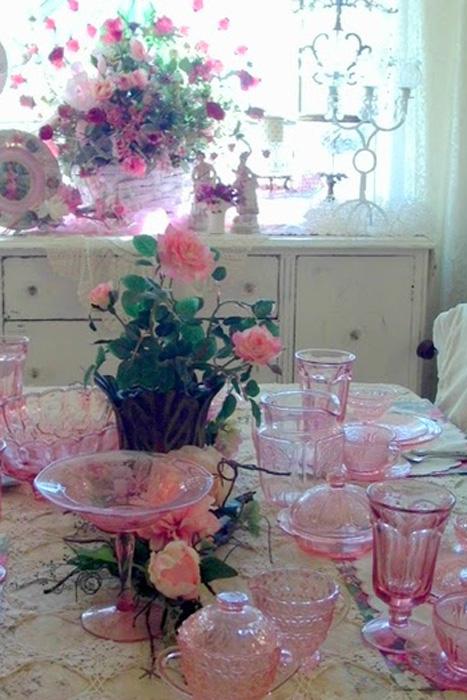 Bộ sưu tập dụng cụ ăn bằng thủy tinh màu hồng với vẻ mỏng manh và ngọt ngào.