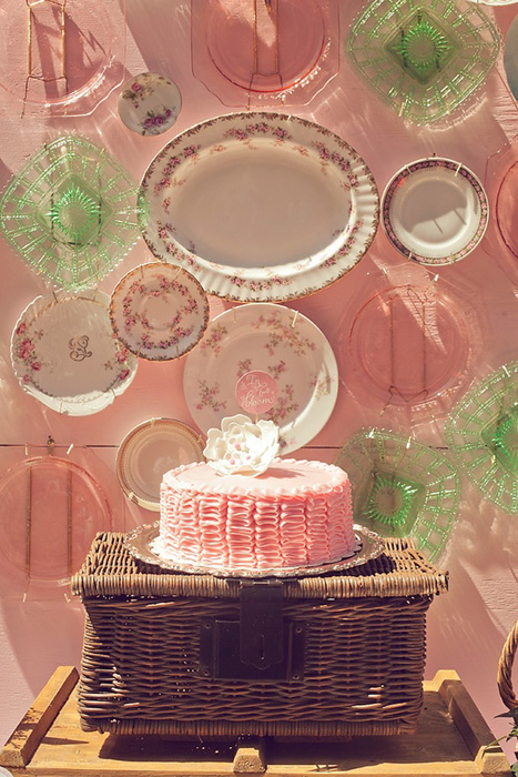 Một phông màn cho chiếc bánh cưới được trang trí bởi những chiếc đĩa thủy tinh và đĩa sứ có một không hai.