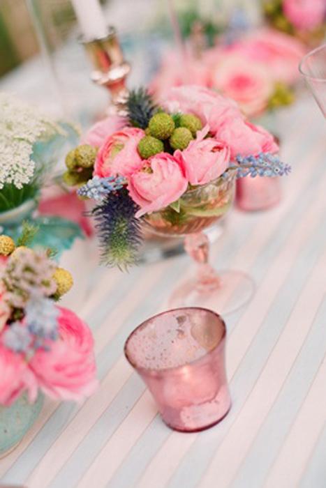 Thủy tinh màu và hoa là bộ đôi ăn ý cho đám cưới theo phong cách hoài cổ và lãng mạn.