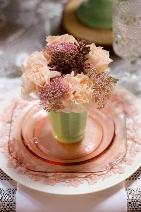 Hoa gam màu pastel là sự lựa chọn lý tưởng khi kết hợp cùng với thủy tinh màu.
