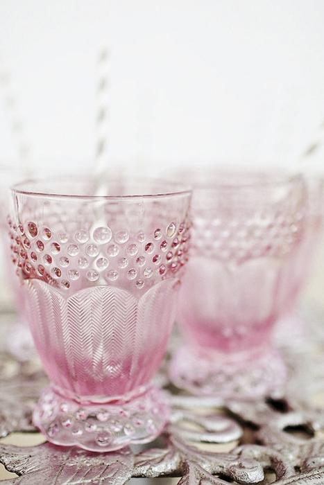 Hoặc chỉ dùng một loại vật dụng nhất định bằng thủy tinh màu, chẳng hạn như cốc nước.