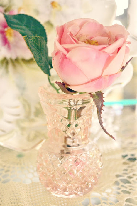 Hoa đem lại vẻ lãng mạn và bắt mắt cho những đồ trang trí bằng thủy tinh màu.