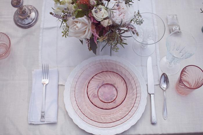 Sử dụng đồ dùng bằng thủy tinh màu trên bàn tiệc đem lại cảm giác vô cùng sang trong.