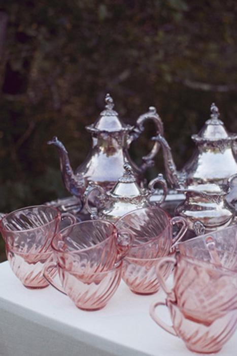 Bộ tách uống trà bằng thủy tinh hồng bắt mắt trong một tiệc cưới ngoài trời.