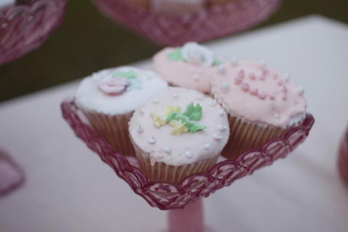 Những chiếc khay đựng bánh nhỏ xinh bằng thủy tinh màu hồng.
