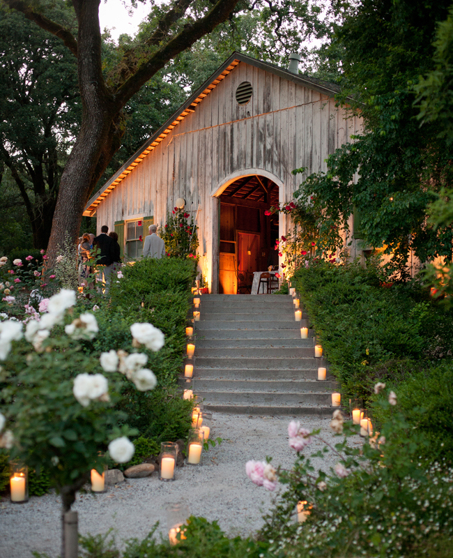 candlelit-walkway-weddings-decor-candles
