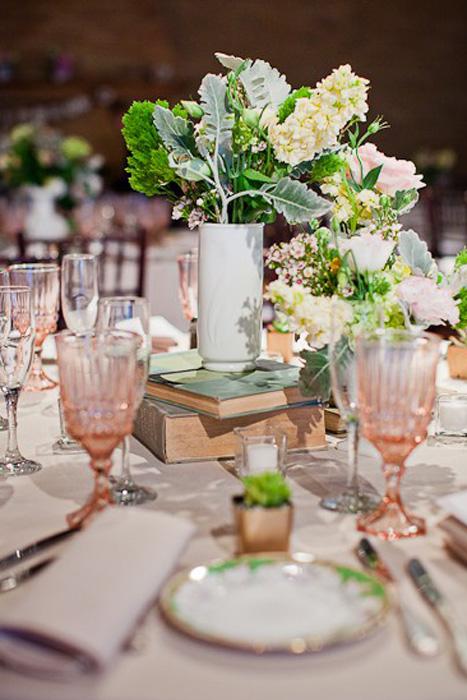 Kết hợp thủy tinh màu cùng đồ sứ là một ý tưởng khá độc đáo cho bàn tiệc cưới.