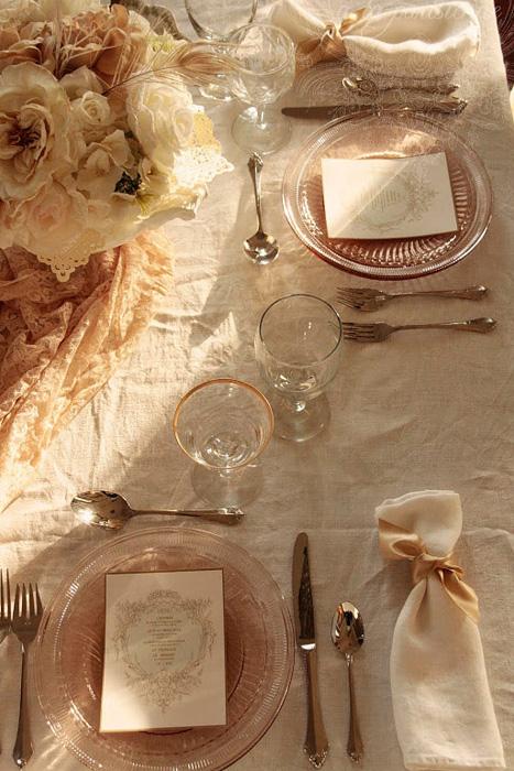 Những vật dụng trên bàn ăn bằng thủy tinh mờ mang lại vẻ đẹp hoài cổ và sang trọng.
