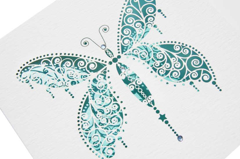 Hình một chú bướm được tạo ra từ kỹ thuật cắt laser dùng để trang trí đám cưới.