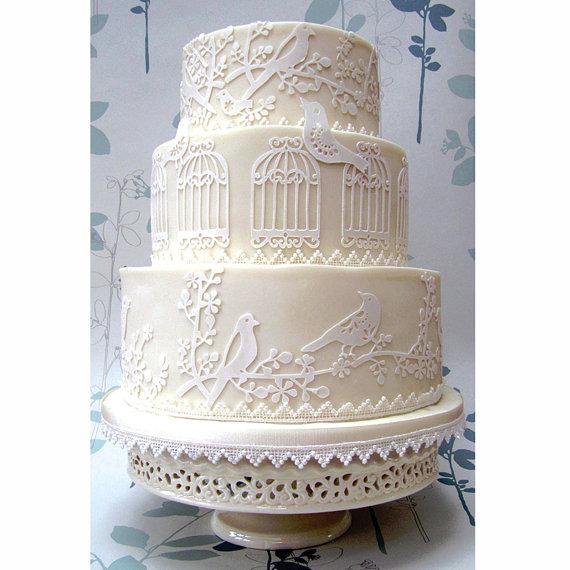 Bạn có thể tự tạo những mẫu hình cắt laser để trang trí bánh cưới và gây ấn tượng với khách mời.