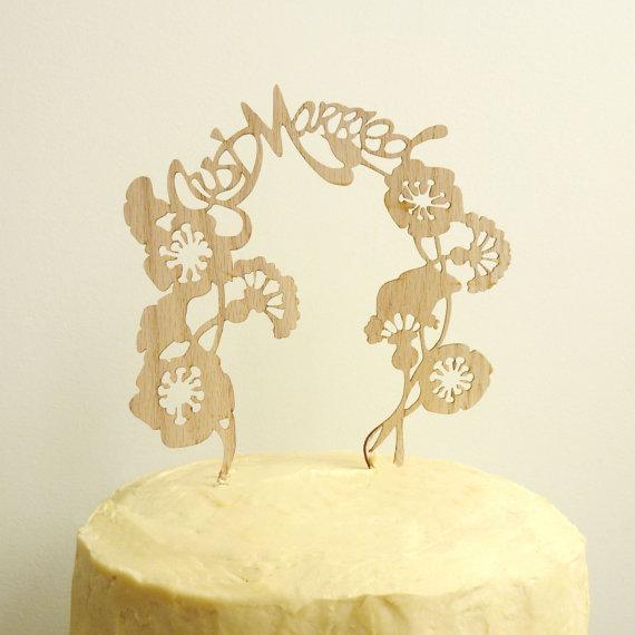 Để tiết kiệm chi phí, bạn cũng có thể sử dụng những miếng đường với hình cắt laser để trang trí ở đỉnh chiếc bánh cưới.