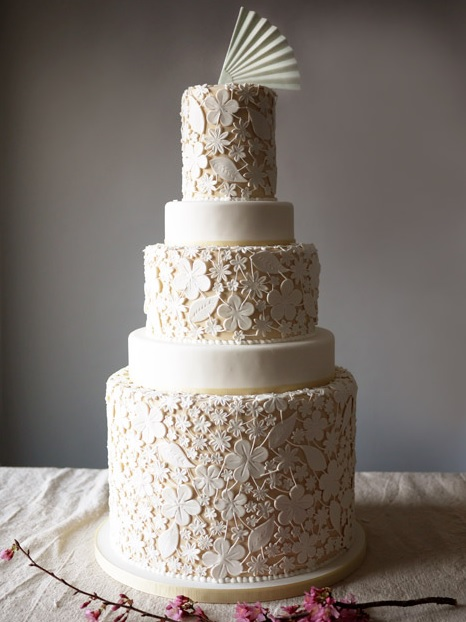 Bánh cưới trắng truyền thống sẽ trở nên tinh tế và nổi bật hơn với những hình cắt laser trang trí.