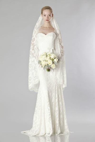 Mẫu váy cưới tuyệt đẹp với những chi tiết cắt laser của NTK Theia.