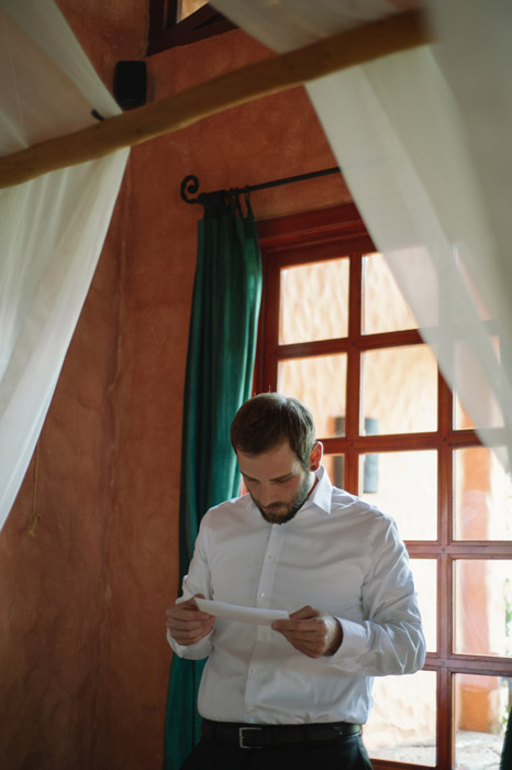 wedding-photography-groom-reading-note