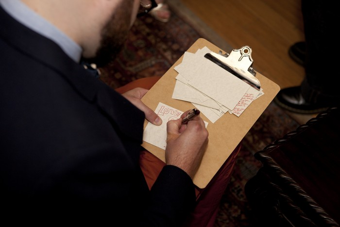wedding-idea-guests-writing-notes-to-couple
