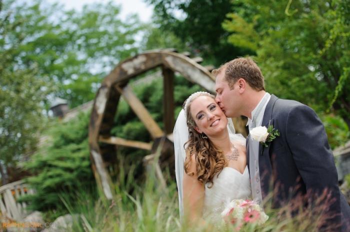 Thiên nhiên thơ mộng cùng với một guồng quay nước độc đáo đem lại cho cô dâu- chú rể một lễ cưới tuyệt vời.