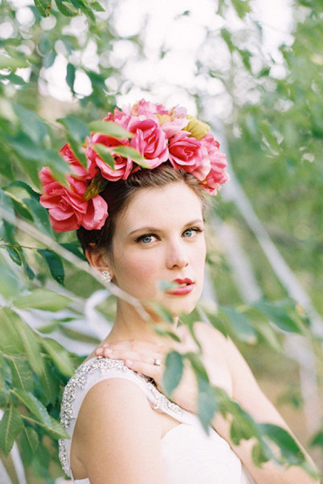 5 Ways to Wear Flowers in your Hair on your Wedding Day | The Full Frida