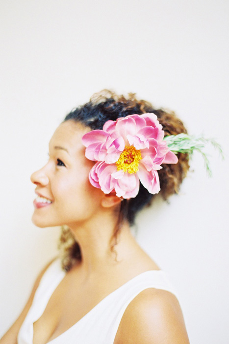 5 Ways to Wear Flowers in your Hair on your Wedding Day | Single Bloom