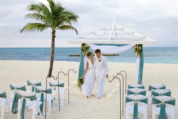 Lễ cưới tổ chức trên bãi cát trắng