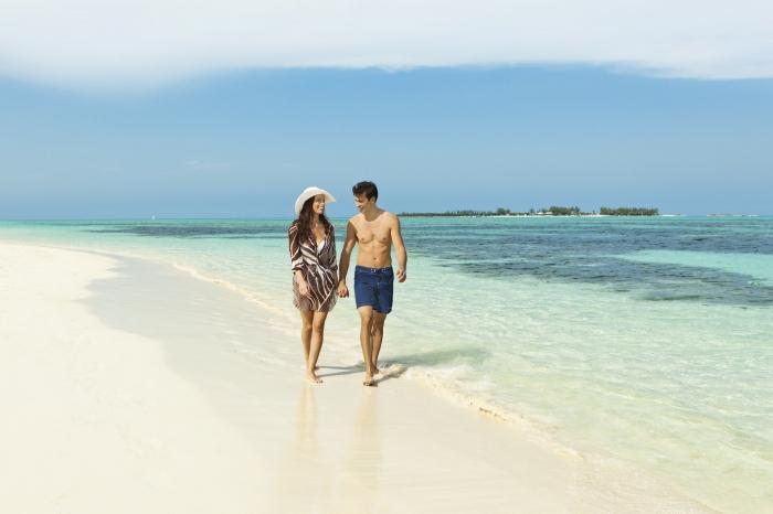 Bãi biển xanh cùng cát trắng sẽ là khung cảnh lãng mạn nhất trong hôn lễ của bạn.