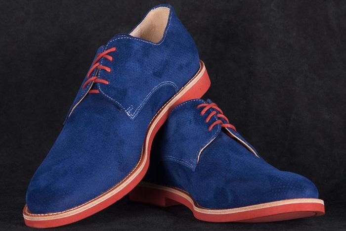 Đôi giày da lộn màu xanh