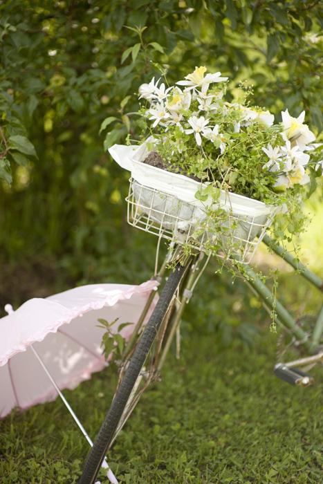 vintage bicycle with wedding flowers