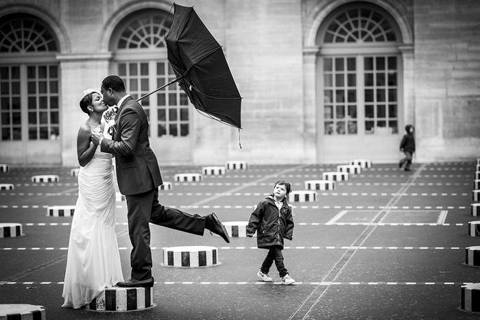 bride and groom kissing in the rain in Paris