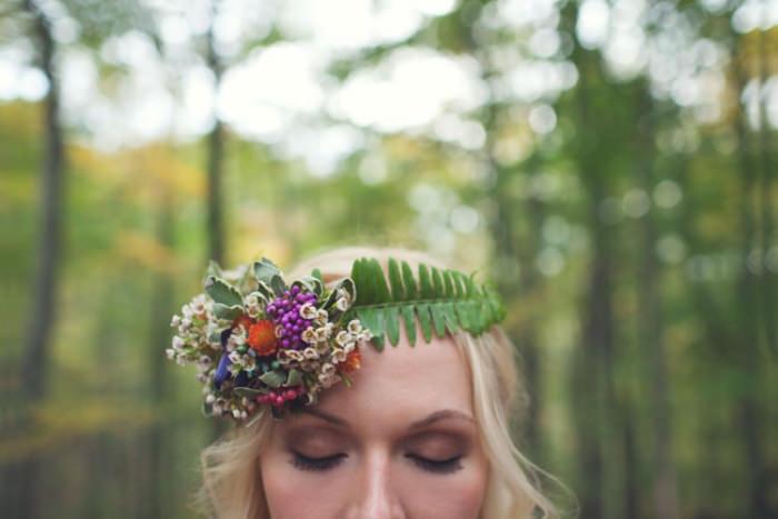 Hoa cài tóc cũng là một đặc điểm nổi bật cho phong cách những năm 1960-1970.