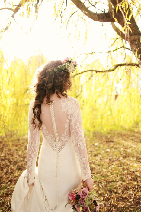 Chi tiết ren phía lưng váy cưới mang lại nét đẹp gợi cảm cho cô dâu trong ngày cưới.