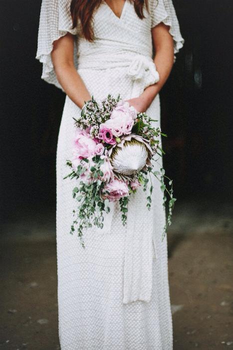 Váy cưới dáng suôn đem lại sự thoải mái kết hợp cùng bó hoa cầm tay ấn tượng.