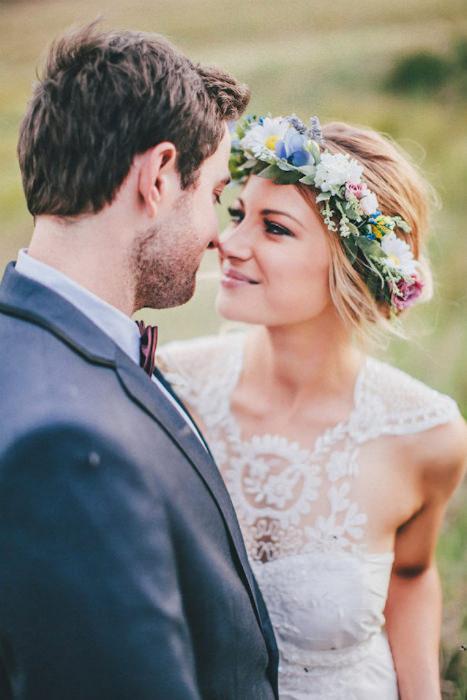 Cô dâu với chiếc váy cưới pha ren cùng vòng hoa đội đầu mang đậm chất boho.