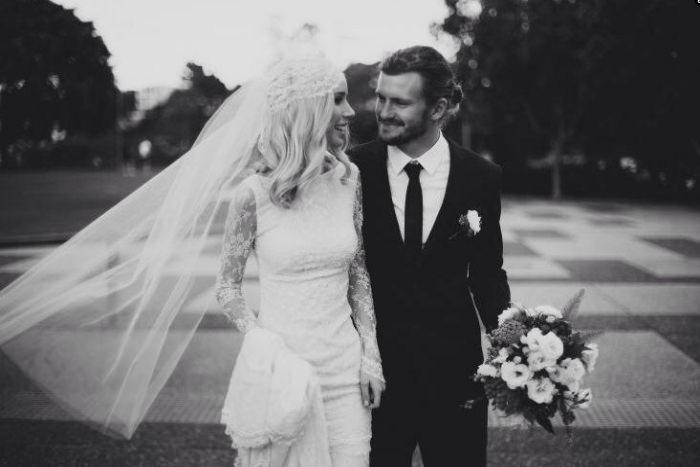 Cô dâu trở nên thật xinh đẹp và cuốn hút với một chiếc váy đơn giản kết hợp cùng khăn voan cài tóc.