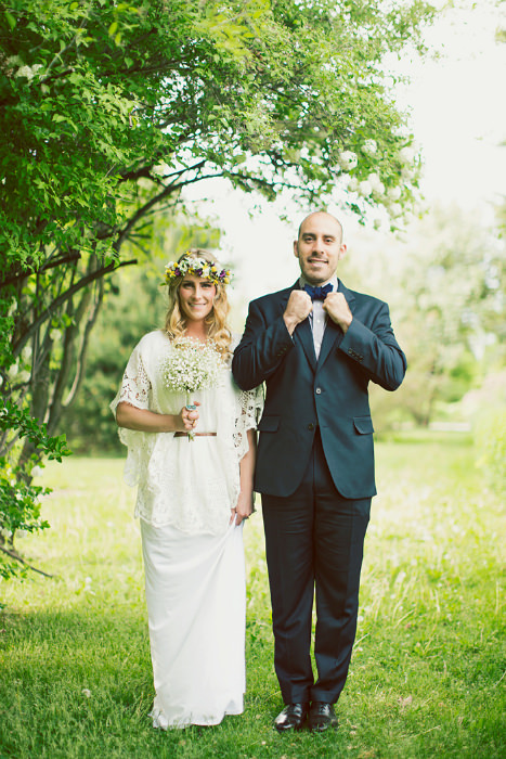 Vòng hoa đội đầu, hoa cầm tay và váy cưới cùng tông màu trắng mang lại vẻ đẹp thuần khiết cho cô dâu.