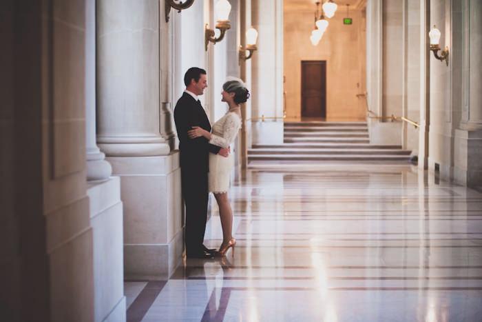 Bên trong hành lang của tòa nhà đem lại vẻ đẹp sang trọng và lung linh cho cặp đôi.