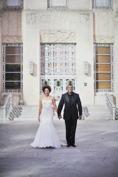 Váy cưới dài là lựa chọn hoàn hảo cho một đám cưới lấy khung cảnh tại tòa thị chính hay tòa án.