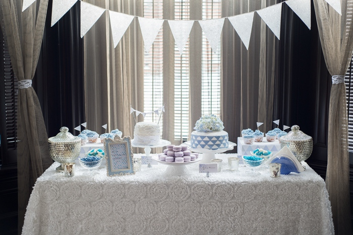 white and blue sweet table