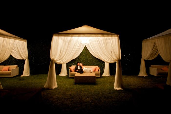 Những tấm lều phóng khoáng là ý tưởng tuyệt vời để tạo không gian thân mật trong đám cưới.