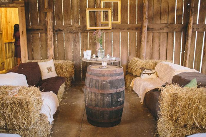 Những kiện cỏ khô với những tấm trải tự làm rất phù hợp với phòng khách trong một đám cưới giản dị,