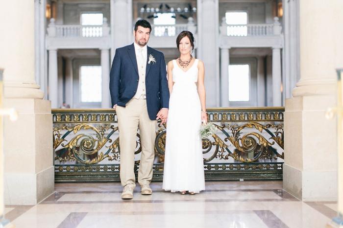 Khung cảnh lung linh đậm chất vintage của đám cưới tại một tòa thị chính ở San Francisco.