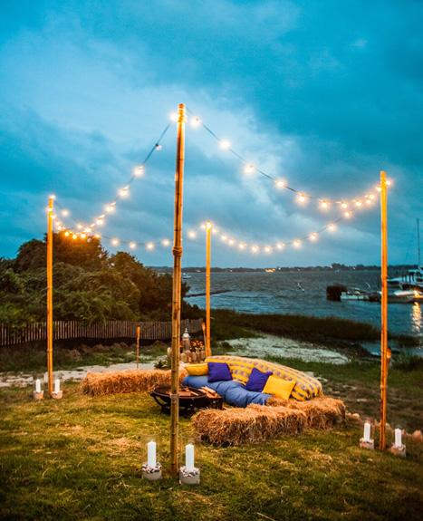 Đám cưới ngoài trời thật rực rỡ và ấn tượng với ánh sáng của những dây đèn.