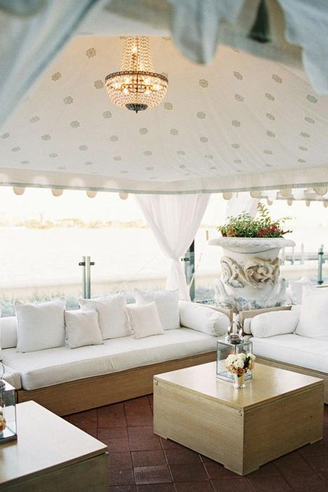 Lều kết hợp hài hòa cùng đèn chùm trong không gian phòng khách của tiệc cưới.