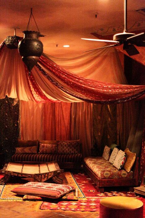 Phong cách Morocco được sử dụng khéo léo trong phòng khách.