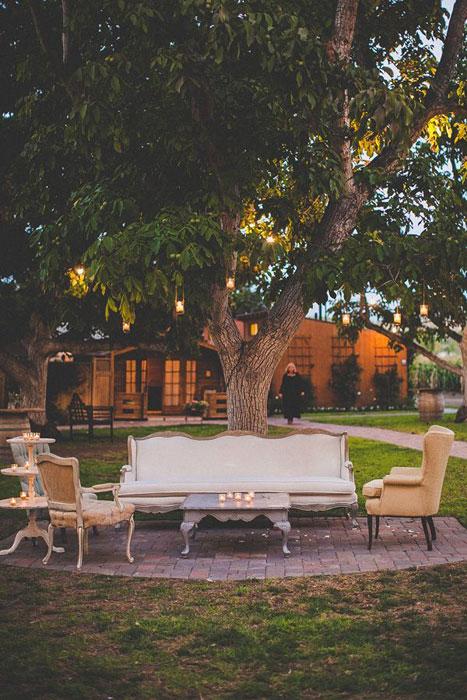 Ánh nến lung linh tăng thêm vẻ lãng mạn cho phòng khách trong tiệc cưới.