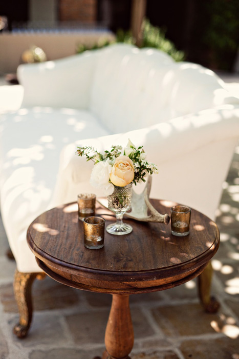 Hay trang trọng và cầu kì hơn với một mẫu bàn gỗ xinh xắn, cổ điển.